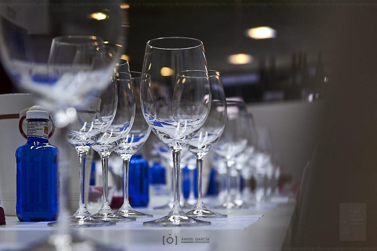 vino, tinto, rojo, ocre, granate, tapón, corcho, bodega, wine, red, clarete, reflejo, copa, sala, cata, sala de catas, botella, cerveza, aula, disfrute, disfrutar, sabor, saborear